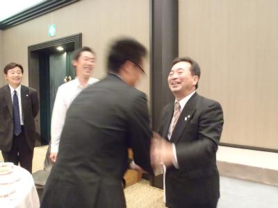 社長と握手