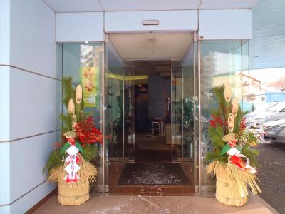 本社入口の門松