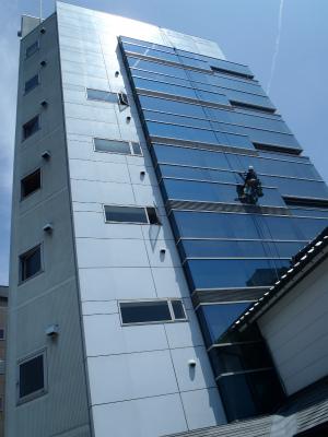 本社ビル窓拭き