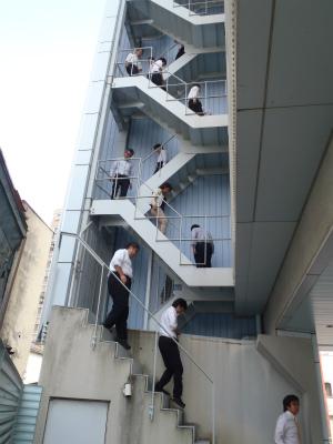 非常階段より避難
